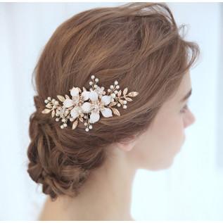 Bracelet sur fil nylon et plaqué argent composé de boules incrustées de strass Swarovski et de perles rondes en cristal