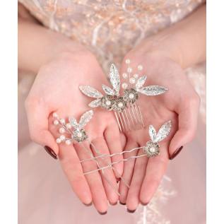 Boucles d'oreilles sur crochets en argent 925 composées de zirconiums (cubic zirconia) ronds de couleur crystal.