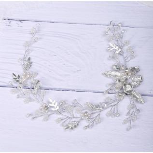 Bracelet sur fil câblé et plaqué argent composé de perles de verre nacrées blanches et de perles de bohème.